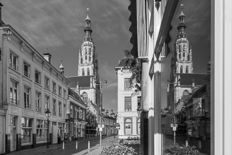 Spiegelbeeld Grote Kerk Breda vanaf Reigerstraat