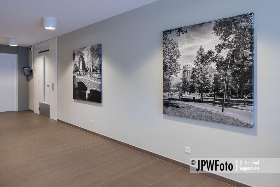 Zwart-wit canvasprints in hal Woon-Zorgcentrum